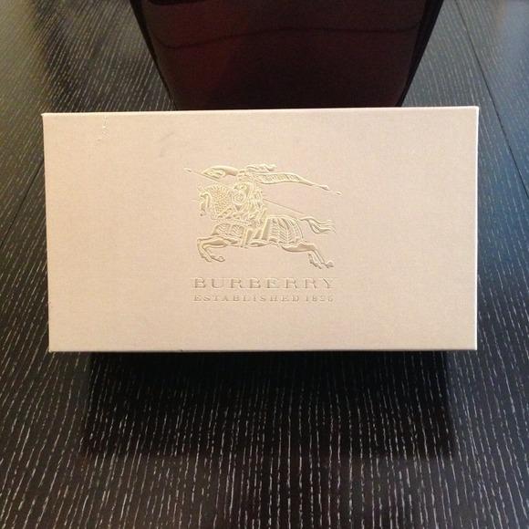 0581e83c4b41 Authentic Burberry Shoe Box