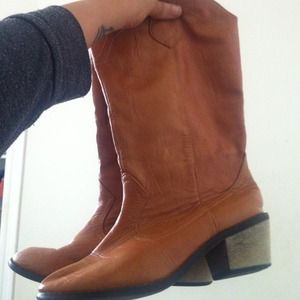 Shoes - Tan small heel boots