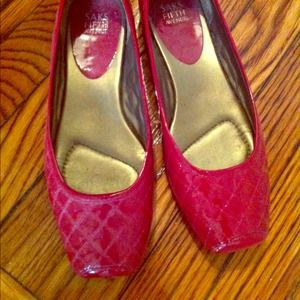 Fabulous! Saks Fifth Avenue red flats