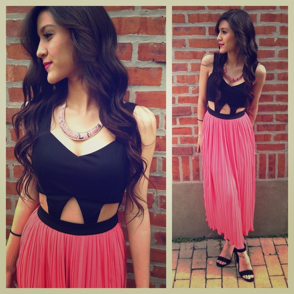 🆕GORGEOUS PINK AND BLaCK CUT OUT PLEATED DRESS!