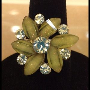 Jewelry - ⚡SALE⚡Brand new flower ring - size 6