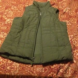 **Flash sale!!**NWOT.Green puffy vest