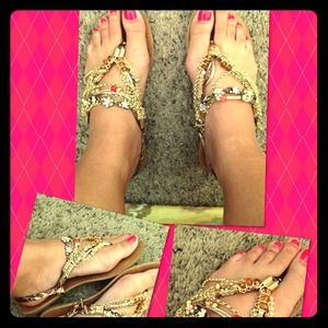 Cute pair of flirty fun sandals!! 