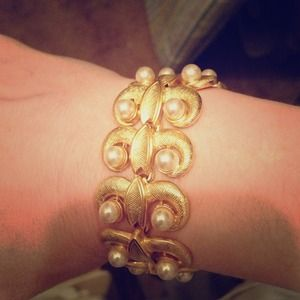 Jewelry - Beautiful scroll gold color bracelet classic piece