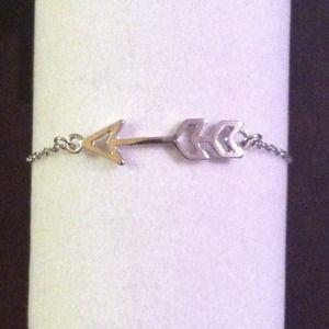 💘 NWOT Silver Tone Arrow Bracelet