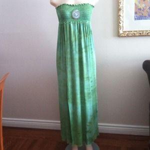NWOT Tie Dye Maxi Dress w/removable Broach