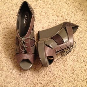 GREY CROCODILE PATENT LEATHER FAUX FUR WEDGES