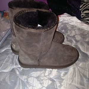 Brown color uggs size 6