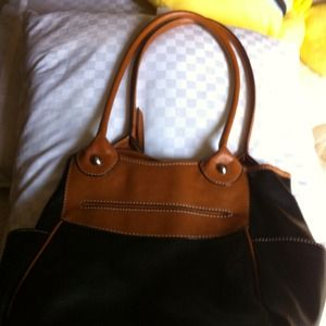 Bags - Leather black and brown purse in good condition.