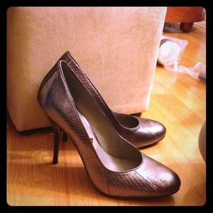 B Makowsky Pewter pumps