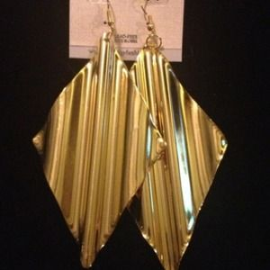 Gold  rippled diamond shaped earrings.