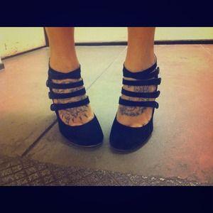 Sultry strappy Bp heels! Sz 71/2 (ginnie pump)
