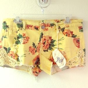 Pants - ✅Reduced✅NEW! Super cute floral shorts!