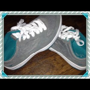 Comfy gray tennis shoes