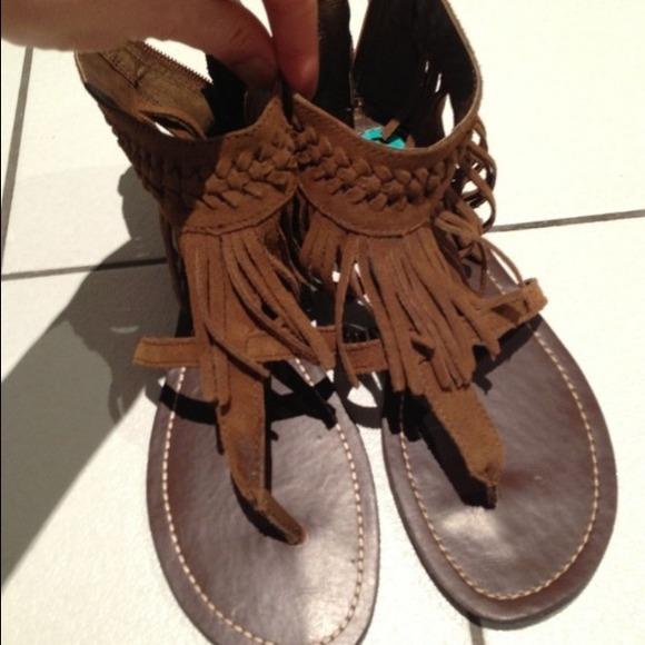 7f6127bf5877 Minnetonka Fringe Thong Sandals ankle cuff. M 51a384e5a9e4142b9406f9b7