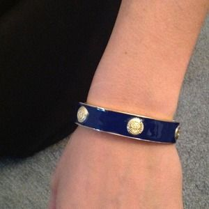 Hinged bangle bracelet
