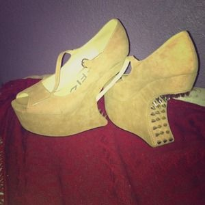 traffic Shoes - Price✂ Tan no heel wedges / heel less with spikes
