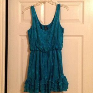 Cute dress, fits perfect .