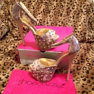 Gently loved Shoedazzle Kryztyn size 7