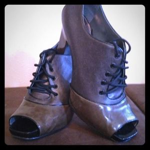 VINCE V CAMUTO booties