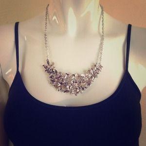 Jewelry - Silver tone flower necklace