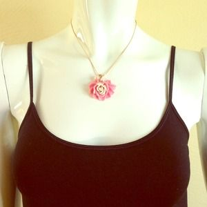 Jewelry - Pink flower necklace with faux pearl accent