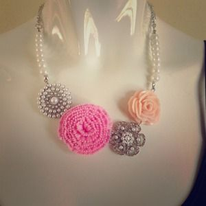 Jewelry - Pearl and flower statement necklace