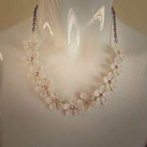 Jewelry - Ivory flower lei necklace