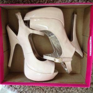 Shoes - Tan simple heels !