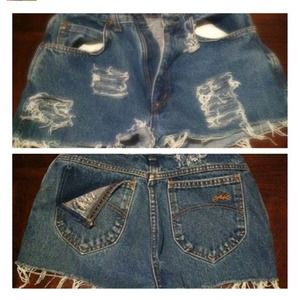 Highwaisted blue jean distressed shorts