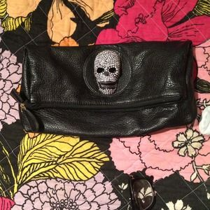 Studded skull clutch in black