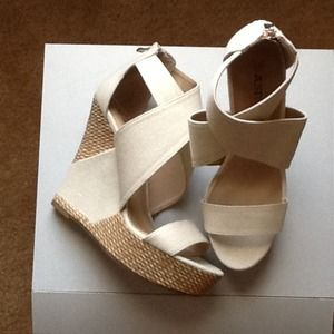 Canvas fabric upper and straw/fabric wedge