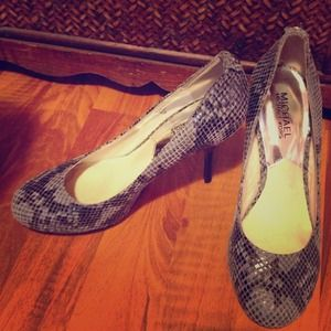 ✔Authentic Michael Kors snakeskin designer pumps