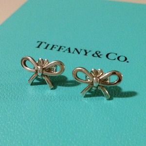 🎉HP 10/25🎉 Tiffany & Co. Mini Bow earrings