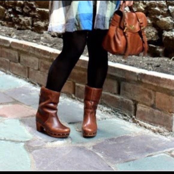 UGG WOMEN LYNNEA CHESTNUT CLOG BOOTS