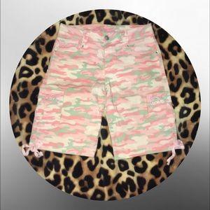 • Pink camo Bermuda shorts •