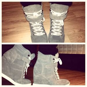 Super cute Steve Madden sneaker wedge.