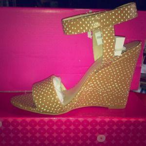 Shoe dazzle wedge size 7