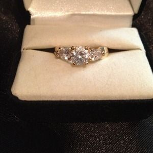 Beautiful Gold & Cubic Zirconia Engagement Ring
