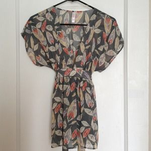 Tops - Short sleeve v neck feather print blouse