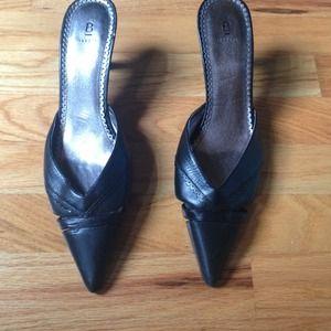 Pointy black 1 1/1 inch heels