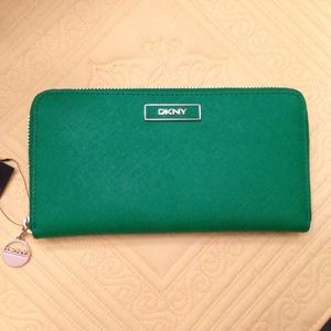DKNY Clutches & Wallets - 🎉Lowered🎉DKNY Green Saffiano Leather Zip Wallet