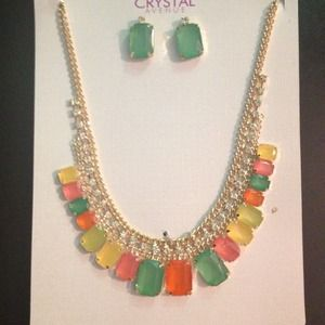 Color tone statement necklace