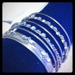 Jewelry - Set of 7 silver bangles