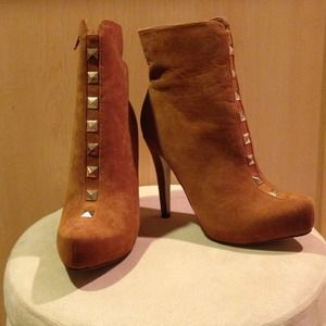 Size 9 brand new tan heeled boots!