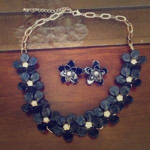 Bold black flowers necklace
