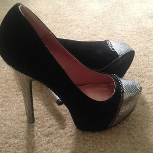 Black suede heels. Size:7.5 never been worn.