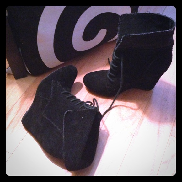 Steve Madden Boots - 🚫Sold🚫5inch Steve Madden luxe wedge blk booties