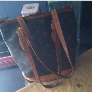 🌟✨SALE✨🎁Authentic Louis Vuitton bucket tote