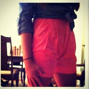 Highwaisted neon pink shorts